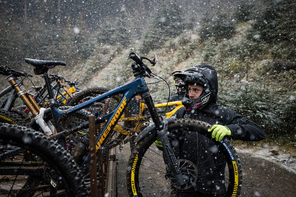 Elliott takes his bike off the uplift truck at the 2021 team camp (pic by Laurence Crossman-Emms)